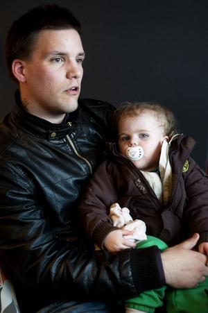 Niklas Sundqvist menar att pappor blir förfördelade i vårdnadstvister, och den 13 maj arrangerar han en demonstration på Sergels torg i Stockholm för barnens rätt till båda sina föräldrar. Här är han med dottern Fanny, 1,5 år.