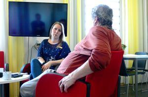 Elisabet Spangberg jobbar som lärare på Saltviksanstalten, en av hennes elever är Stefan.