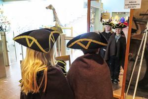 Anders Vidfamne till vänster och Gustav Nylén provade trekantiga karolinehattar och  -mantlar, men de hoppade över att av svart papper och svart tejp göra egna huvudbonader, för det fanns inga guldband att sätta på.