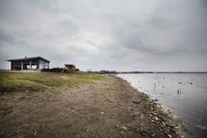 Rävgången vid Hemfjärden, med lågt vattenstånd i oktober i år.  Att ta vatten ur Hjälmaren är inget alternativ när det är vattenbrist i Örebro kommuns magasin. Hjälmarens vatten har för dålig kvalitet.