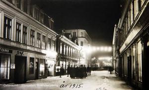 Året är 1915 och kvällens tidigaste biobesökare har samlats utanför Metropol i väntan på att portarna ska slås upp