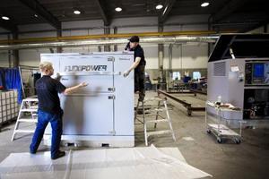 """På Genetech monteras stora generatoraggregat ihop. En del kommer att gå på export. """"Vi siktar framförallt på Europa"""", säger Per Enzell, försäljningsansvarig."""
