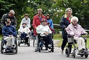 Foto: NICK BLACKMON Rullstolskaravan. I går deltog omkring 100 personer i tipspromenaden för äldreomsorgens pensionärer i Södertullsparken.