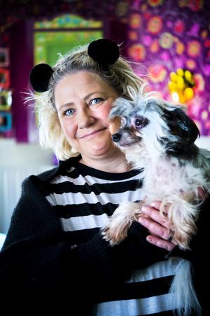 Annika Frank med den lilla nakenhunden James.