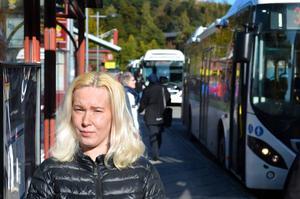 Småbarnsföräldern Michaela Bylund från Kvissleby ifrågasätter varför inte fler bussar kan sättas in i rusningstrafiken.
