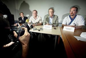 Tidigare på dagen uppgav flera medier att mannen skulle vara från Tierps kommun. Något Ulf Hansson (2:a från vänster i bild), chefsläkare på Akademiska sjukhuset, förnekade under måndagens presskonferens på Akademiska sjukhuset.