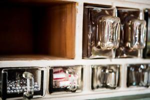 Specerihyllan är en fin detalj i köket.