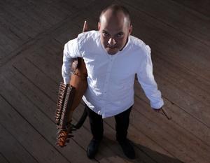 Anders Peev agerar Magnus/Maria med sin nyckelharpa.