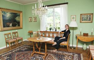 Ingelas egen festsal har empire-gröna väggar, med inspiration av Lisa och Ecke Hedbergs salong i Tallbo.