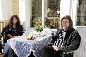 En kaffetårpå verandan. Anna Karin tycker om att baka och bjuder ofta på hembakat.