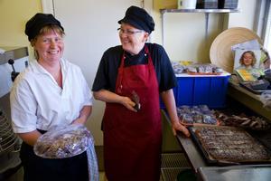 Ulrika Lindblom och Eva Larsson ska se till att besökarna får kaka till kaffet på Perslundaskolan – en kaka som eleverna bakat på hemkunskapen.