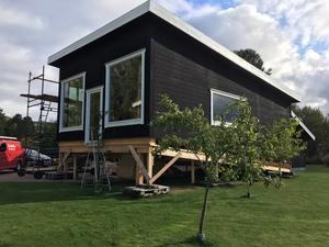 Den tredje våningen med svag taklutning har byggts hemma på gårdsplanen. De två stora fönstren vetter mot söder när påbyggnaden är på plats.