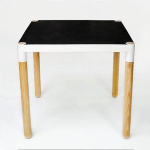 Plockbordet bygg-er på en sarg och en skiva, där kunden kan välja material både i ben och skiva – dessutom kan bordsytan enkelt förstoras.