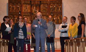 I Skattunge kyrka framfördes på torsdagskvällen en musikafton för att hylla Eric Ullström, pensionerad skolkantor i Skattungbyn sedan 1994. Under sina år som kantor arrangerade Eric många välkända och inte så välkända melodier. Han skrev texter till folkmusiklåtar, bland annat till Hammares gånglåt och tonsatte en dikt, Ödemarksadvent, av Lars Svensson. Denna framfördes av en kvartett bestående av Kristina West (sopran), Samuel Fast (bas), Lia Billinger (alt) och Rosanna Thyrén (tenor). I en salig blandning framfördes ett urval av dessa låtar av kören Immil ö jordi under ledning av Rosanna Thyrén. Eric, bilden, var själv på plats med sin familj och många kom till kyrkan för att lyssna och sjunga med.