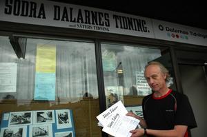 Tidningen 100 år. Roland Berg håller första numret av Säter tidningen i sin hand. På lördag mellan, 11 och 15 kommer tidningen ha aktiviteter i samband med Säterstampens 100-års jubileum. Foto:Staffan Alberts