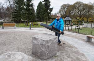 Under Alla helgonsdag på lördag återinviger kontraktsprost Anna-Maria Larsson minneslunden och kolumbariet på GA-kyrkogården. Kyrkogårdsföreståndare Bengt-Olov Wallin lägger plåtskydd över stenarna i minneslunden, för att det inte ska bli fettfläckar efter stearin. Efter helgen ska locken bort igen.   – Det här är roligaste dagen på hela året, säger han.