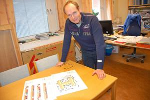 Stadsarkitekt Tommy Ek visar ritningarna till det nya särskilda boende som kommer att byggas i Noret Norra.