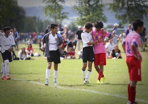 En Intercups-spelare tröstar en Tucuman-spelare.