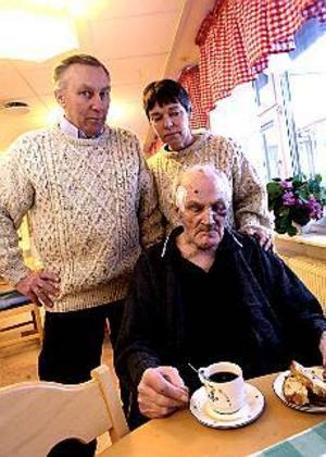 Olov Göransson, kommunalpolitiker i Sandviken, tänker inte ge sig. Han ska driva frågan om säkerhet för sin pappa så långt det går. Hustrun Rigmor följde med till Solbergahemmet för att hälsa på sin svärfar Martin Göransson. Foto: NICK BLACKMON