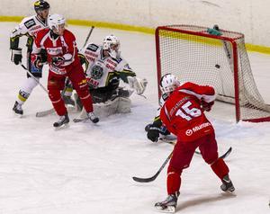 Sebastian Höglund (nummer 15) gör här 1–1 för Tierp i 5–3-segern hemma mot Enköping.