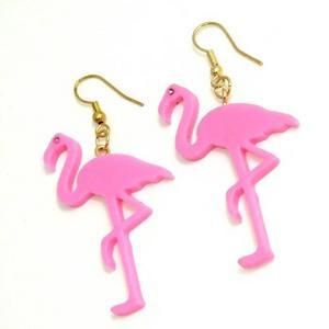 Go west. Ett par rosa flamingoörhängen får vem som helst att börja drömma om Miami. 119 kronor från kitsch.se.