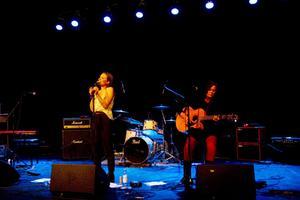 Paulina Palmberg från True Talent med Linda Sahlberg på gitarr.