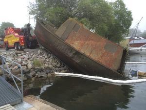 Med hjälp av dykare och en bärgningsbil kunde Gräddö bys samfällighetsförening bärga det sjunkna vraket. – Den tog upp tre platser i hamnen, säger Carl Ankar.