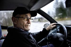 På väg. Henry Eriksson fyller snart 76 år och han trivs med livet. Han är en förnöjsam person men åren mellan 30 och 50 tycker han var den bästa tiden för att då kändes det att allt var
