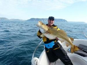 Jörgen Eklund drog också upp en riktig stor torsk - 18 kg vägde den.