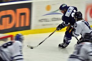 Inte helt oviktiga aktörer i Sundsvalls satsning. De blåklädda spelarna som          den här kvällen fick en rejäl lektion av de vitskrudade gästerna från Leksand. Foto: Hans-Råger Bergström