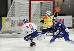 Jonas Edling gjorde ett skönt (tennis)mål i matchen, men missade också några heta lägen. Som det här.