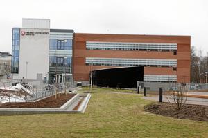 Så här ser läkarutbildningens lokaler på sjukhusområdet ut idag. Utbyggnaden ska ske mot Vattentornet till.