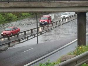 E18 avstängd på grund mycket vatten på vägbanan.