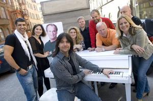 Rhapsody in Rock 2007 består av, från vänster, Pablo Cepeda, Hanna Lindblad, Johan Rheborg (foto), Robert Wells, Sarah Dawn Finer, Johan Glans, Jörgen Mörnbäck, Anders Berglund, Gunilla Backman och Lasse Karlsson.