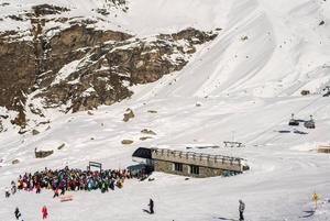 Samling vid liften i Cervinia, känd skidort i Aostadalen. Några andra är Champoluc, Gressoney och Courmayeur.   Foto: Alexandre Rotenberg/Shutterstock.com