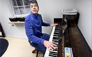 Johan Eriksson vid pianot i musikrummet.