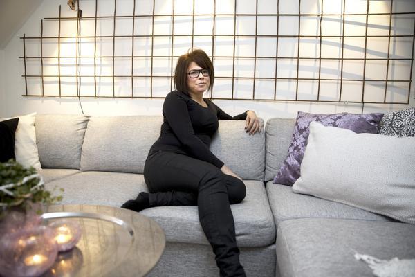Det kraftiga armeringsjärnet bakom soffan har Sarah Wallin fått av en kompis. Hon har även fått hjälp med att kapa till det och bära upp det för alla trappor upp till vindsvåningen på Timmermansgatan där hon har bott sedan i somras.