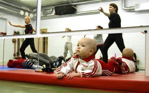 Alva Hammarbäck följer uppmärksamt allt som sker i aerobic-lokalen.