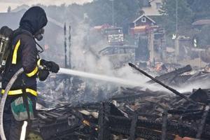 Juni. Ett parhus i Tortuna totalförstörs i en brand.
