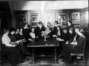 På denna bild ur Elin Wägners samling ser vi Wägner stående till vänster om Anna Whitlock (mitten) som leder rösträttsmötet. Till vänster om Wägner sitter antagligen Signe Bergman, LKPR:s ordförande 1914-1917. Bergman, liberal partistyrelseledamot, har i modern tid felaktigt beskrivits som socialdemokrat. Närmast till höger om Whitlock sitter Emilia Broomé, liberal socialpolitiker och lärarinna på Whitlocks skola. Nästa till höger tycks vara Lydia Wahlström, högerkvinna och historieforskare, LKPR:s ordförande 1907-1911.