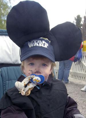 Tim Reidermar, 2 år, från Furans förskola i Alfta hade i den kyliga vinden en rejäl skärmmössa under Musse Pigg-öronen.