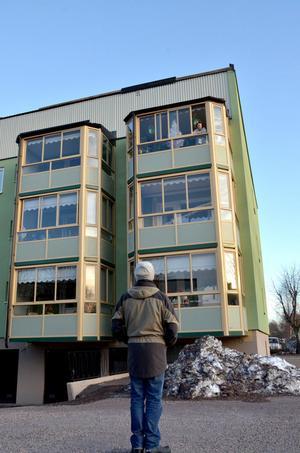 Dan Eriksson förhör sig med en granne på översta våning om vad hon sett och hört från söndagsnattens storm.