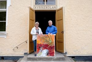 Sommarkonst. Ansa Borin och Staffan Rasjö visar upp ett av de verk som ställs ut i kyrkskolan i Hölö i sommar.