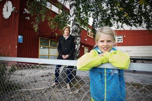 Vill stanna. Linda Jarnulf önskar att dottern Thilda får gå kvar på Turingeskolan även nästa år. Men när                             Thilda börjar sexan är det Lillhagaskolan som gäller. Trots att politikerna för några år sedan beslutade att både Turingeskolan och Björkestaskolan skulle bli F–6-skolor lär det dröja ytterligare flera år innan                                 så sker. Först måste den nya skolan i Furuborgsområdet bli klar.Foto: Mattias Holgersson