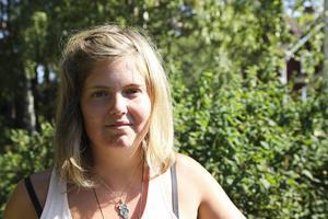 När vi träffade Emelie Eriksson sommaren 2015 gick hon lite vingligt och sluddrade i talet emellanåt.  Då tyckte hon det jobbigaste med sjukdomen var att folk trodde att hon var berusad. Sedan dess har hennes tillstånd försämrats.