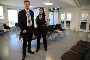 Sven Eriksson och Alexandra Söderlung, lagansvarig för säkerhetskontrollen på flygplatsen i den nya ankomsthallen.