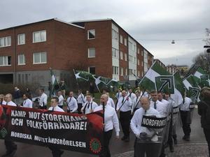 Nordiska motståndsrörelsens demonstrationståg på väg mot Borlänge centrum. Här i korsningen Hagavägen och Röda vägen.