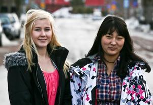 Elisabeth Bergman och Na-Na Bergsten från Laxå gjorde riksdagspraktik hos Kristdemokraterna under förra veckan .