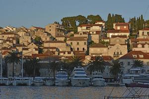 Solen går ned över staden Hvar och dess gästhamn.