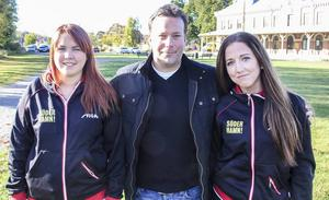 Brobergs sportchef Svenne Olsson tillsammans med Söderhamns UIF:s Joann Ling och Emma Blomquist.
